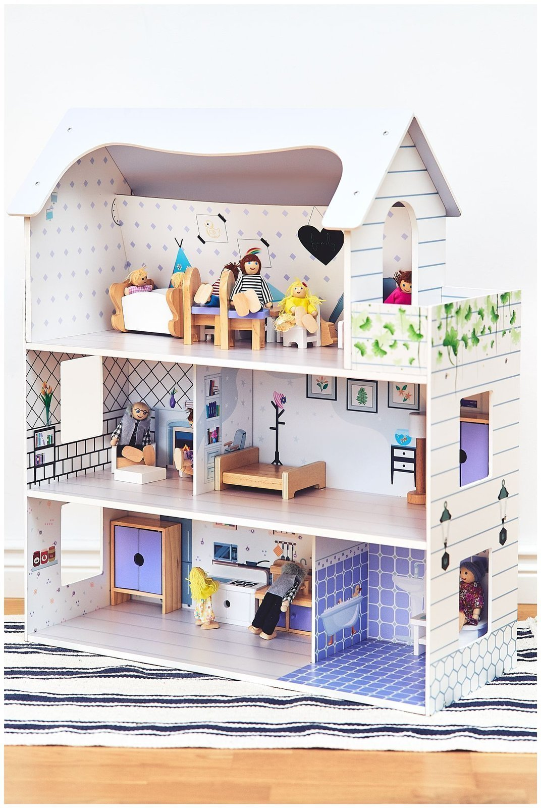 Drewniany domek dla lalek z tarasem